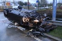 Man raakt gewond nadat hij met hoge snelheid over rotonde rijdt