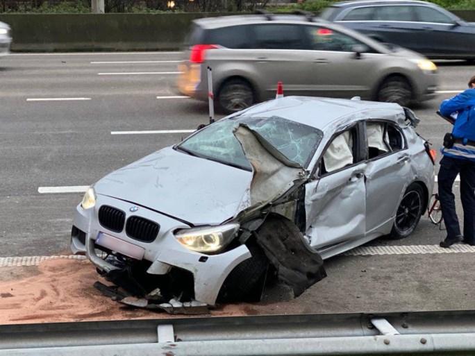 BMW gaat over de kop op Antwerpse Ring na roekeloos rijgedrag