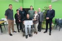 Gemeentepersoneel schenkt cheque aan De Meerpaal