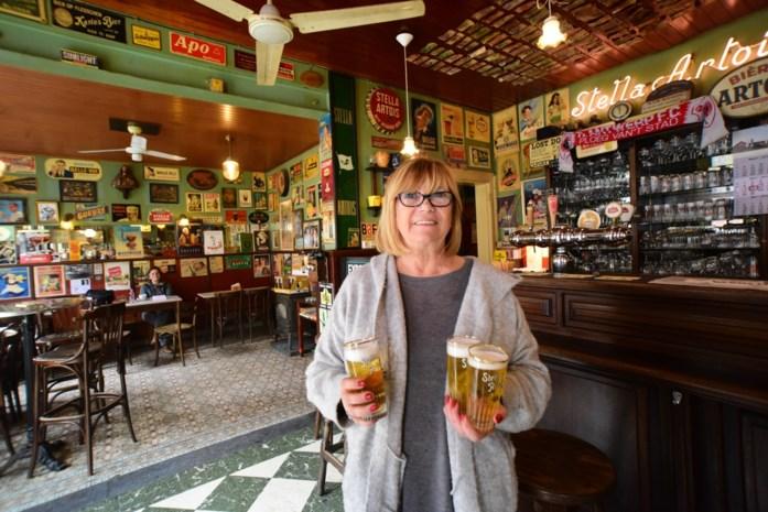 Cafékapper van 130 jaar oud café De Pelikaan vereeuwigd in 'Alloo in de Nacht'