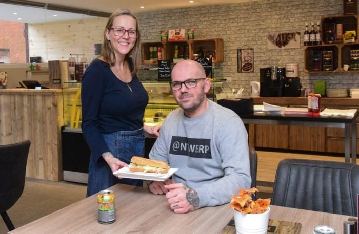 Dubbel feest voor broodjesbar 't Kaiserke: eerste verjaardag én verhuis