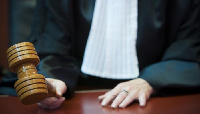Vrouw onder invloed stampt politievrouw: voorwaardelijke straf geëist