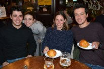 Café Torenven trakteert klanten op 600 worstenbroden en appelbollen