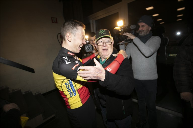 Honderden fans vieren kampioenstitel Laurens Sweeck in Schriek: feest georganiseerd in zeven haasten