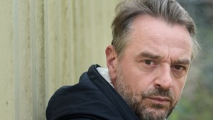 """Tom Waes verhuist naar Antwerpen en zet zetel te koop: """"Te groot voor appartement"""""""