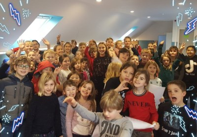 Kinderen van Essense basisscholen op het podium met Popkoor Akkoord