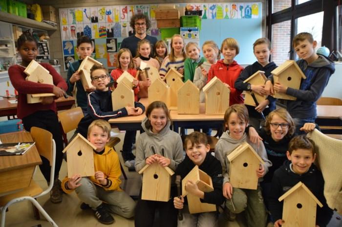 Gemeente laat kinderen mezenkasten timmeren tegen processierups