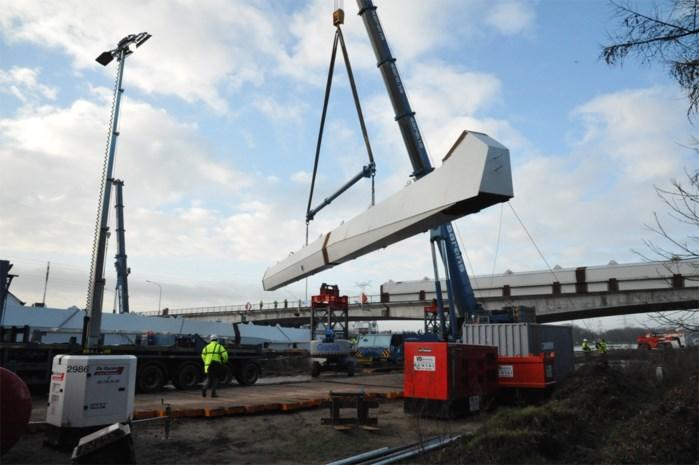 Eerste onderdelen nieuwe brug over Albertkanaal liggen op hun plaats