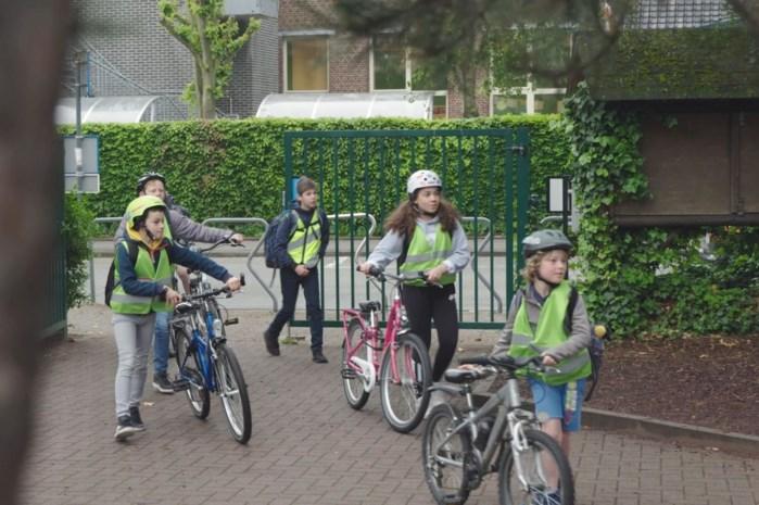 Kinderen verdienen geld door met de fiets of te voet naar school te gaan