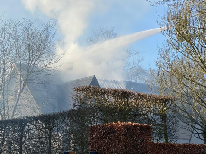 Uitslaande dakbrand zorgt voor grote schade in villa