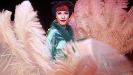 Grappen, grollen en strippen: Zoe Bizoe verwerkt kleurrijke leven in unieke mix van comedy en burlesque
