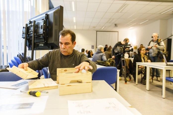 Anderstalige werklozen vergroten jobkansen door Ikea-kasten in elkaar te zetten
