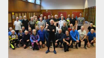 Belgisch uurrecordhouder Herman De Ridder (83) blijft sporten en geeft zestigplussers turnlessen