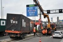 Vrachtwagen botst op middenberm: twee uur hinder op A12