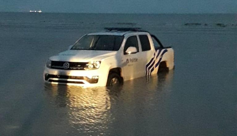 West-Vlaamse agenten offeren politiewagen op om vermiste vrouw uit zee te redden