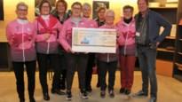 Pink Ribbonettes ontvangen cheque op opening kunstgalerij