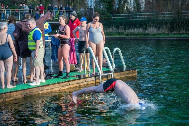 Bart De Wever en 500 andere dappere ijsberen springen in ijskoude zwemvijver