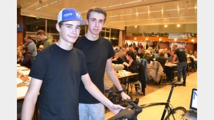 400 eters steunen jonge wielrenners