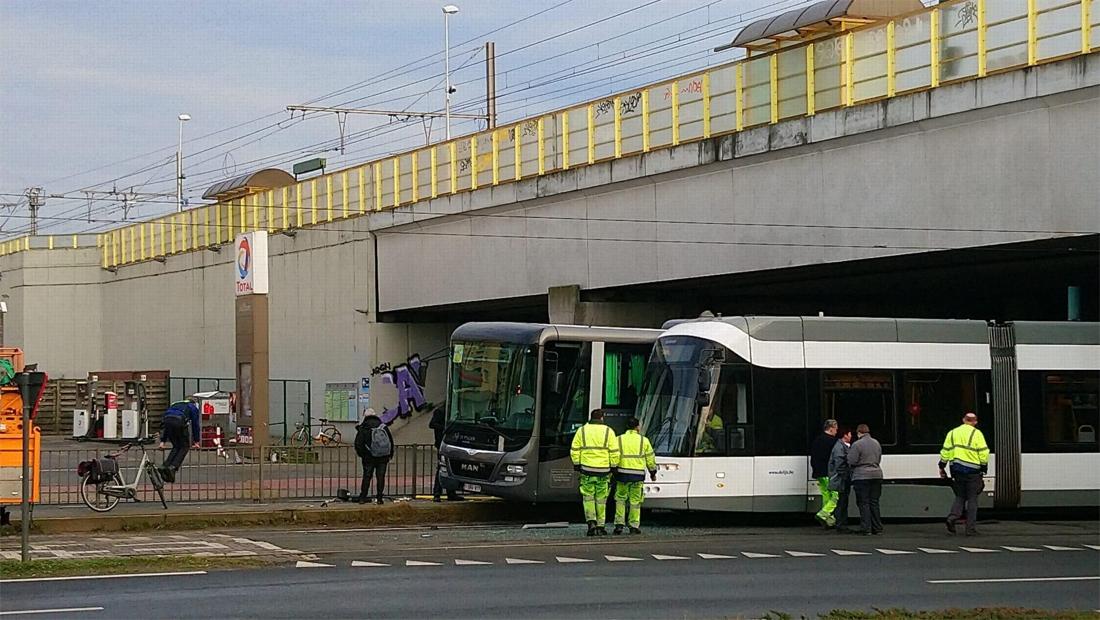 Tram ontspoort aan Groenendaallaan na botsing met bus