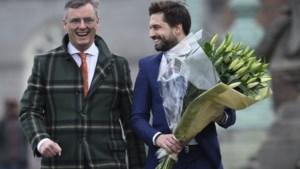 Informateurs geloven dat ze vooruitgang geboekt hebben en nemen bloemen mee voor de jarige koningin