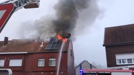 Uitslaande brand vernielt woning: bewoners en huisdieren raken tijdig weg
