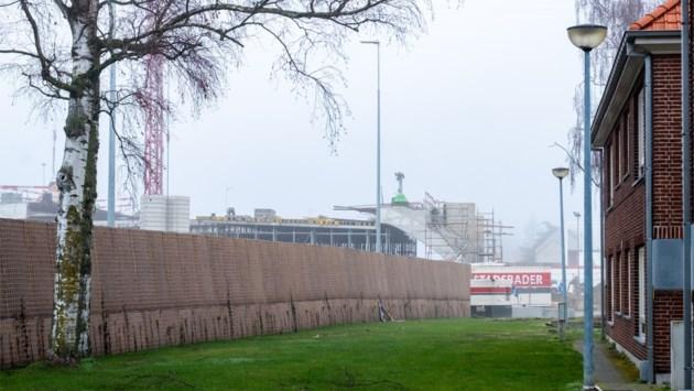 """Groene geluidsschermen aan R6 staan klaar om te begroeien: """"Bewoners moeten niet op betonnen constructies kijken"""""""