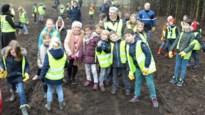 Leerlingen basisschool De Rekke leggen nieuwe bosrand aan in dorpscentrum
