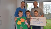 Stand-upcomedian overhandigt cheque van 2.850 euro aan school
