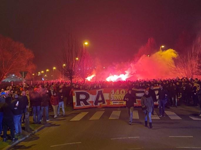 Corteo naar de Bosuil: Antwerpfans zetten bekeravond in gang met vuurwerk, spandoeken en luidkeelse gezangen