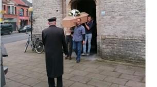 Oud-Chiroleiders brengen pastoor Sonnemans naar zijn laatste rustplaats