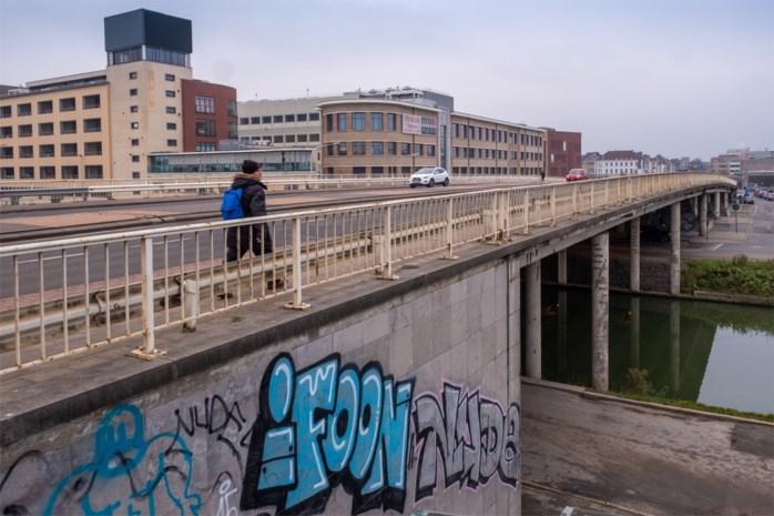 Nieuwe brug voor bussen, fietsers en voetgangers vervangt populair viaduct aan station
