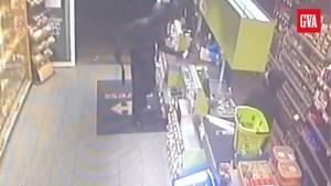 Camerabeelden tonen hoe gemaskerde overvaller met machete toeslaat in Carrefour Market