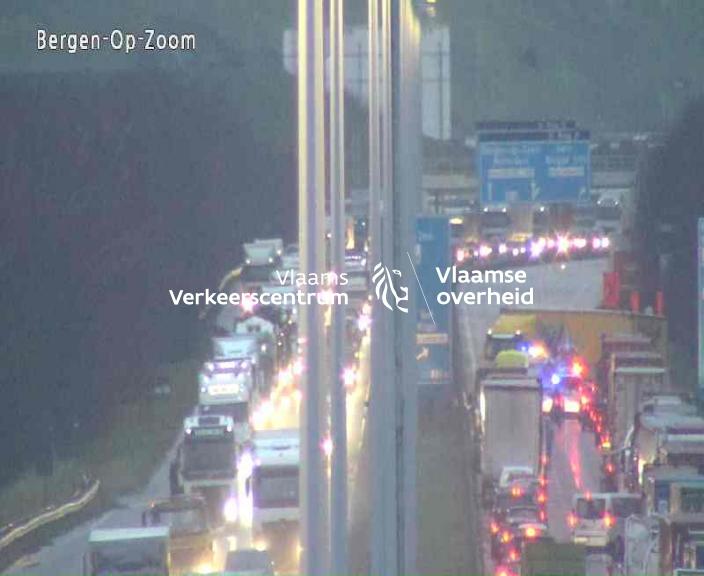 Vrachtwagen staat dwars over A12 richting Nederland: snelweg volledig versperd
