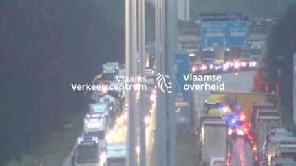 A12 richting Nederland volledig versperd door geschaarde vrachtwagen