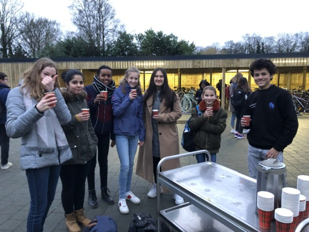 """Campus De Vesten beloont leerlingen die op tijd komen: """"Last van ochtendhumeur, wij willen het meemaken"""""""