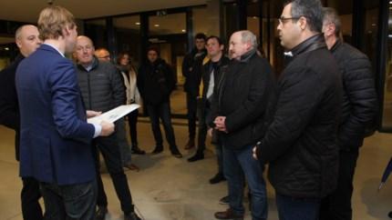 Bewoners Leopoldplein overhandigen petitie tegen herinrichting stationsbuurt