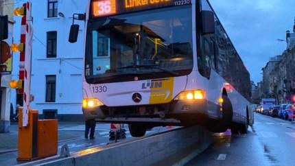 Bus belandt halve meter boven de grond op twee wielen