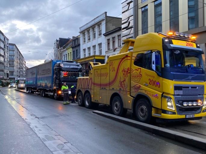 Vrachtwagen rijdt zich vast op trambedding