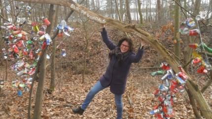 Diane Peeters laat dertigtal gedichten opgaan  in landschap tijdens gedichtenwandeling