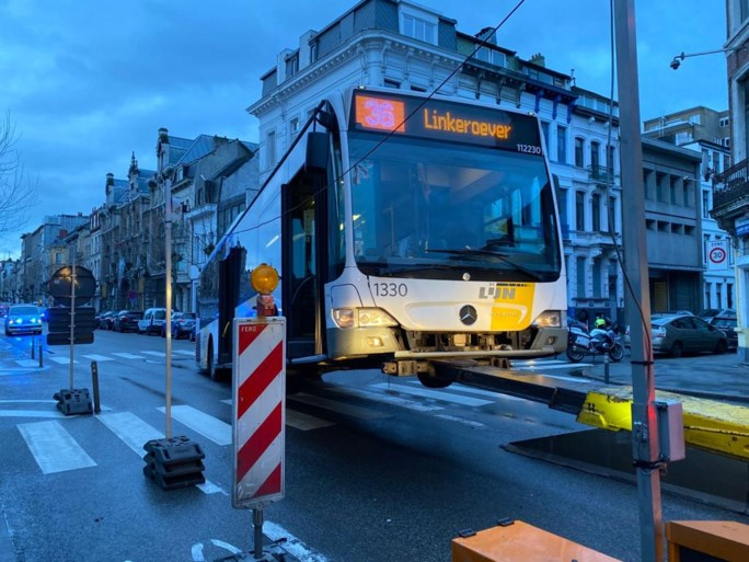 Bus van De Lijn rijdt op sluis, veel hinder voor verkeer