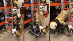 Brandweermannen dagen elkaar uit met de #ladderchallenge, maar probeer dit niet thuis