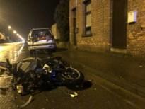 Motorrijder knalt op geparkeerde wagen: slachtoffer in levensgevaar