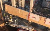 Secuur werkje: kraan plaatst gigantische houten draagbalken voor parkeertoren P&R Luchtbal