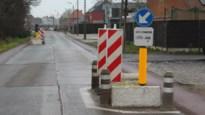 Gemeenteraadslid wil betonblokken weg, maar burgemeester wacht trajectcontrole af