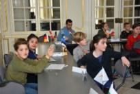 Scholieren wanen zich even Europees minister in kasteel d'Ursel