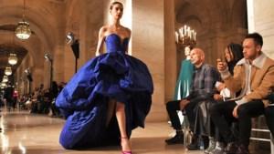 Bella Hadid mag show van Oscar de la Renta afsluiten in duizenden roze veren