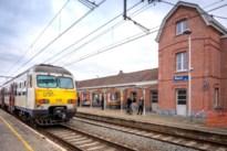 Waaghals mist rit en springt dan maar voor trein