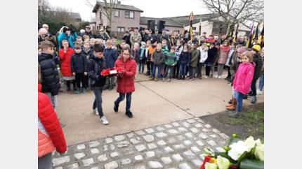 Schoolkinderen dragen vredesboodschap uit op herdenking Valentijnsnacht '43