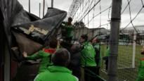 Dak gaat vliegen tijdens rust van voetbalwedstrijd: eerste ploeg ruimt brokstukken én wint