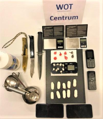 Dealer met dolk en vouwmes op zak verzet zich fel tegen arrestatie en probeert drugs in te slikken